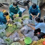 TP.HCM: Đội hậu cần các phường 'đi chợ hộ' người dân như thế nào?