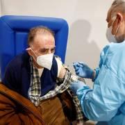 Nhiều nước có biện pháp cứng rắn buộc người dân tiêm vắc xin Covid-19