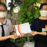 Vòng Tay Việt đã trao tiền hỗ trợ cho 225 em học sinh mồ côi do Covid-19