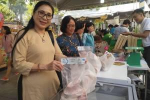 [Photo] Người Sài thành đi chợ Tết Xanh