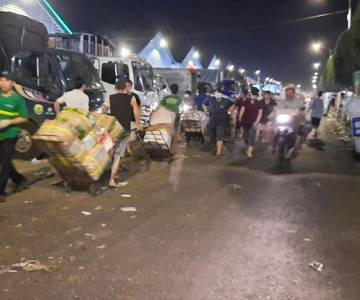 [Photo] 23h, ở chợ đầu mối Thủ Đức