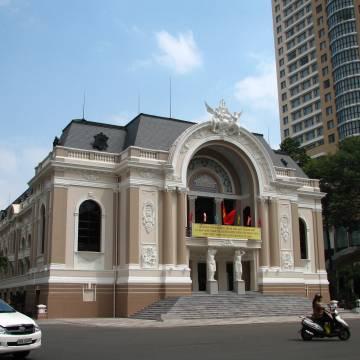 Nhà xí bên hông nhà hát