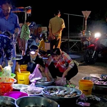 [Photo]: Đi chợ 'âm phủ' Tha La