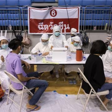 Thái Lan xem xét lại kế hoạch tiêm chủng vì làn sóng Covid-19 mới