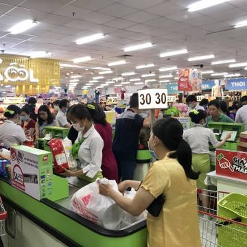 Quận 12 đóng cửa siêu thị vì thiếu nhân viên, Bình Chánh mở lại 8 chợ