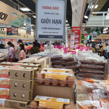 TP.HCM: Hàng siêu thị bị gom mang ra ngoài bán giá gấp đôi, gấp ba