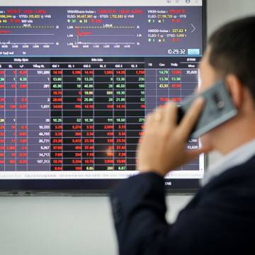 Cổ phiếu bán tháo hàng loạt, VN-Index 'bốc hơi' hơn 70 điểm