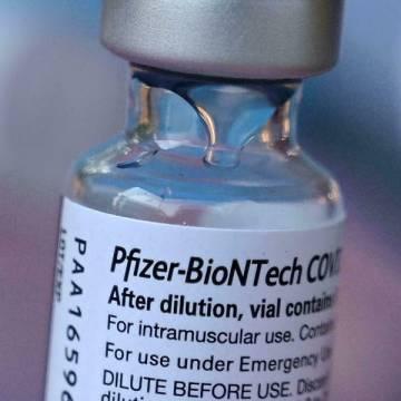 FDA Mỹ cấp phép tiêm vắc xin Pfizer-BioNTech mũi 3 cho nhóm nguy cơ cao