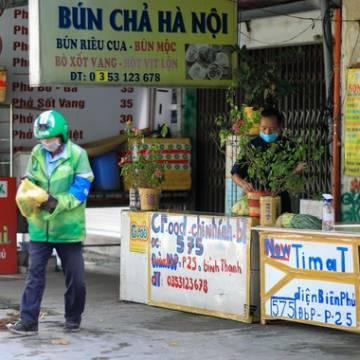 TP.HCM: Hàng quán im ắng trong ngày đầu cho phép 'bán mang về'