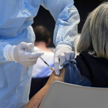 Hiệu quả vắc xin mRNA nhìn chung ổn định sau 7 tháng