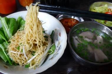 Sài Gòn chở cơm đi ăn mì